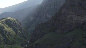 Waterwall caucasiano dos animais de Geórgia da natureza da beleza do rio das montanhas de Cáucaso filme