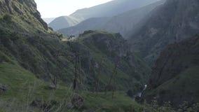 Waterwall caucasiano dos animais de Geórgia da natureza da beleza do rio das montanhas de Cáucaso vídeos de arquivo