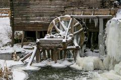 Waterwheel stary watermill w Krasnikovo, Kursk region Zima, Fotografia Stock