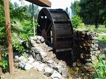 Waterwiel in een Privé Gemodelleerde Tuin Royalty-vrije Stock Foto's