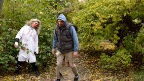 Wath de zombi de couples dans les yeux banque de vidéos