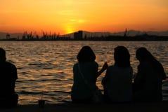 Wathcing de zonsondergang stock afbeeldingen