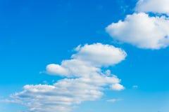 Watowata chmura i niebieskie niebo na słonecznym dniu zdjęcie royalty free