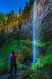 Watson Falls Backpacker nell'Oregon fotografie stock libere da diritti