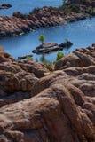Watson Lake, formations de roche avec l'île Photos libres de droits