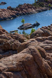 Watson Lake, formazioni rocciose con l'isola Fotografie Stock Libere da Diritti