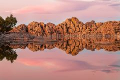 Watson Lake Prescott Arizona Sunset lizenzfreie stockfotos