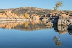 Watson Lake Reflection i höst Fotografering för Bildbyråer
