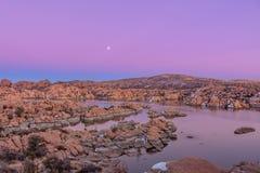 Watson Lake Sunset och Moonrise Royaltyfri Bild