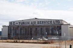 Watson Lake, Yukon, de luchthavenhanger van Canada stock foto