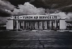 Watson Lake, Yukon, de luchthavenhanger van Canada stock foto's