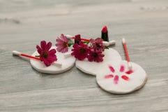 Wattestäbchen Bereiten Sie für Gebrauch vor Kosmetische Themacollage bestanden aus unterschiedlichem Bild stockfotos