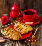 Wattledbroodjes met papaver op een rode plaat Stock Afbeeldingen