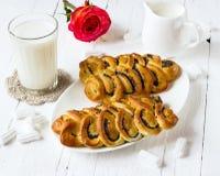 Wattledbroodjes met papaver op een witte plaat Stock Foto's