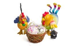 Wattledmand met kwartelseieren en een stuk speelgoed kip, als symbool van 2017 volgens de kalender van het oosten Stock Foto