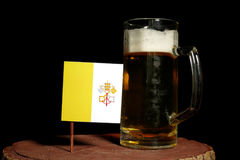 Watykan flaga z piwnym kubkiem na czerni Fotografia Royalty Free