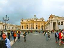 Watykan - Maj 02, 2014: Ludzie stoi w linii przy wejściem katedra St Peter Zdjęcie Royalty Free