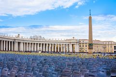 WATYKAN WATYKAN, Marzec, - 23, 2015: Puści krzesła za katedrą święty Peter obciosują w słonecznym letnim dniu, Watykan Zdjęcie Royalty Free