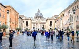 Watykan, Rzym, St Peter bazylika, Listopad 24, 2018, typowy rzymski dzień, turyści chodzi blisko St Peter katedry zdjęcie royalty free