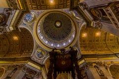 WATYKAN WŁOCHY, CZERWIEC, - 13, 2015: Kopuła i Baldacchino przy St Peter bazyliką w Watykan, piękna struktura i Fotografia Royalty Free
