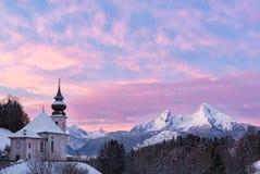 Watzmann al tramonto con la chiesa, Baviera, Berchtesgaden, alpi della Germania Fotografia Stock