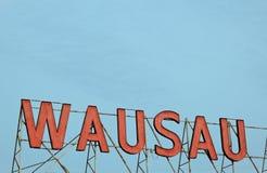 Wausau - rood teken tegen blauwe hemel Stock Fotografie