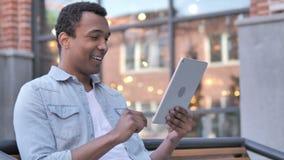Wauw, Afrikaanse Mens die Tablet in schok gebruiken stock footage