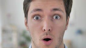 Wauw, Gezicht van de Jonge Mens die in Schok benieuwd zijn stock video