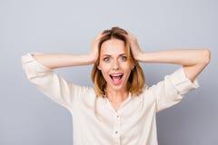 Wauw! Het ongelooflijke ` s! Geschokte gelukkige vrouw met geopende mond aan royalty-vrije stock afbeelding