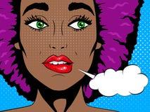Wauw pop-artgezicht Verwarde Afrikaanse vrouw met open mond en toespraakbel Pop-art Royalty-vrije Stock Foto's