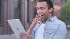 Wauw, Verraste Afrikaanse Mens die Tablet in schok gebruiken stock videobeelden