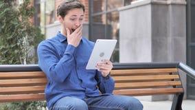 Wauw, Verraste Jonge Mens die Tablet in schok gebruiken stock videobeelden