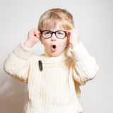 Wauw: Weinig jongen die in oogglazen verbaasd kijken Royalty-vrije Stock Afbeelding