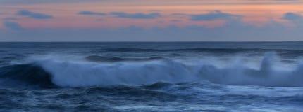Wave all'insegna di tramonto Fotografie Stock Libere da Diritti