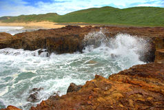 Wave breaking on rocks Royalty Free Stock Photography