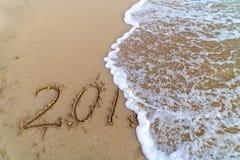 Wave che annulla il 2018 scritto sulla sabbia immagini stock