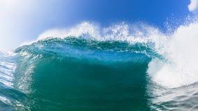 Wave che schianta fine del labbro dell'acqua blu su fotografia stock libera da diritti