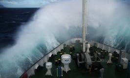 Wave che si rivolta il muso della nave Immagini Stock