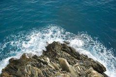 Wave che si rompe contro la scogliera Fotografia Stock Libera da Diritti