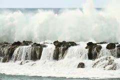 Wave che si rompe sopra la parete della roccia il chiaro giorno Immagini Stock Libere da Diritti