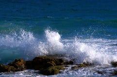 Wave che si rompe sopra una roccia Fotografia Stock Libera da Diritti
