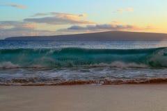 Wave che si rompe sulla spiaggia Immagine Stock