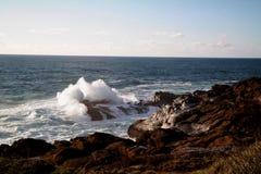 Wave che si rompe sulle rocce Immagini Stock Libere da Diritti