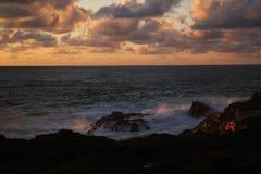 Wave che si rompe sulle rocce Fotografia Stock Libera da Diritti