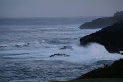 Wave che si rompe sulle rocce Immagine Stock
