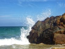 Wave che si schianta sopra la roccia fotografia stock libera da diritti