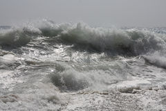 Wave che si schianta sulla riva Immagini Stock