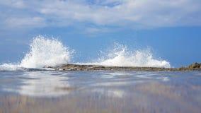 Wave che si schianta sulla scogliera Immagini Stock