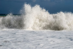 Wave crashes on to the beach Royalty Free Stock Images