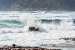 Wave crashing against a rock Royalty Free Stock Images
